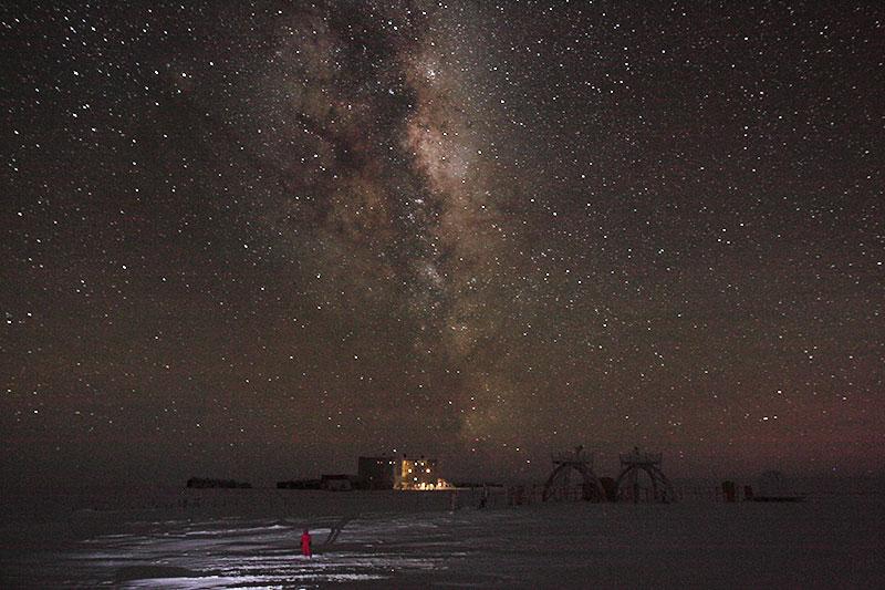 """Désormais, la nuit l'emporte sur le jour. Lever du Soleil vers 10h, coucher vers 14h... Dans deux semaines, viendra la nuit polaire et ses 3 mois d'obscurité. Sur la photo dont le temps de pose est de 30 secondes, on distingue très bien la tour """"calme"""" de la tour """"bruyante"""". Au dessus de la base et sans trucage: la Voie lactée, visible très nettement à l'oeil nu. © Jonathan Zaccaria"""