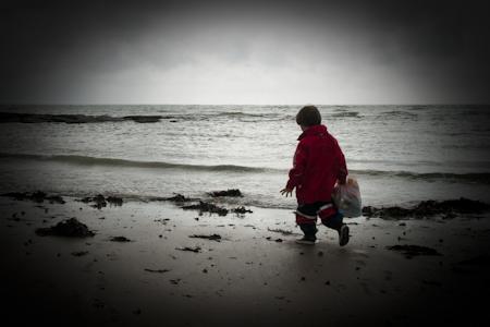 Un sac de caisse, ça peut aussi servir à nettoyer les plages © Denis Delbecq