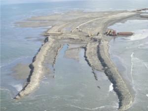 Une île artificielle malmenée par les vagues © Lacoastpost.com
