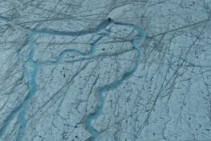 L'été au Groenland, l'eau de fonte en surface converge vers des «moulins» qui se déversent dans les entrailles des glaciers © Nasa