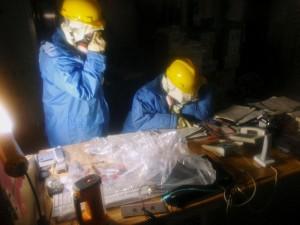 Des ouvriers dans la salle de contrôle des réacteurs 1 et 2 © Nuclear and Industrial Safety Agency