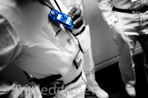 En bleu, le dosimètre-film, qui mesure l'exposition à la radioactivité en un mois. Plus bas, le dosimètre électronique, qui donne la mesure d'exposition en continu © Denis Delbecq