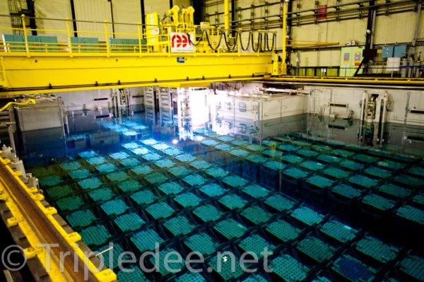 L'une des quatre piscines de la Hague, où le combustible usagé est parfois stocké plusieurs années avant d'être retraité. © Denis Delbecq