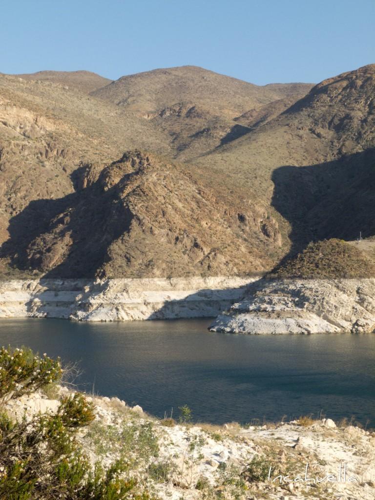 Bien que Barrick Gold se soit engagé à recycler et réutiliser l'eau nécessaire à ses opérations, la baisse considérable du niveau de l'eau dans la vallée del Huasco est déjà visible et risque d'entrainer à moyen terme l'assèchement de la région. © Incahuella
